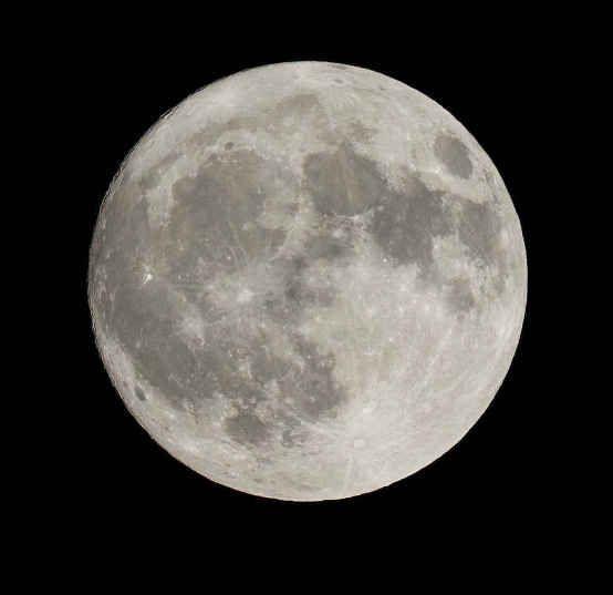 Luna satélite natural que rodea la tierra