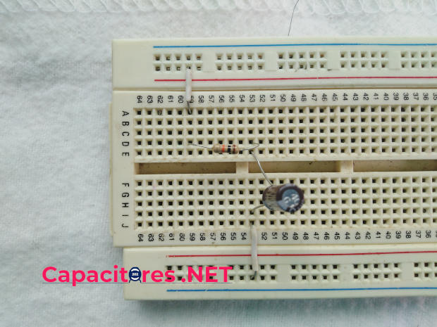 Circuito RC, conexión en protoboard