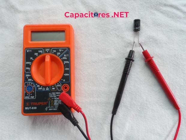 Probar capacitor con método de multímetro con opción de capacitancia